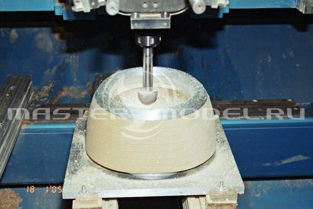 Модель из МДФ обрабатывается на станке. 2005 год.