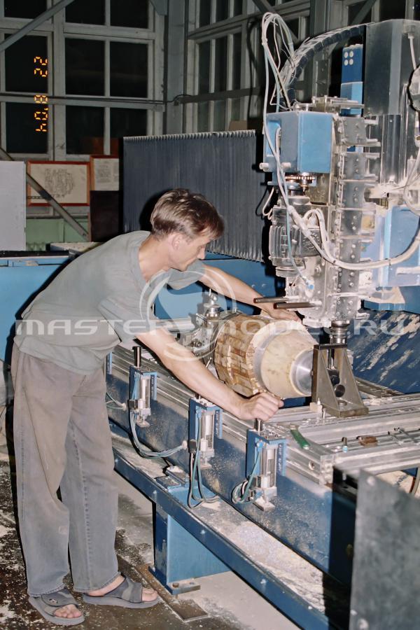 Модель гондолы двигателя обрабатывается на фрезерном станке с ЧПУ